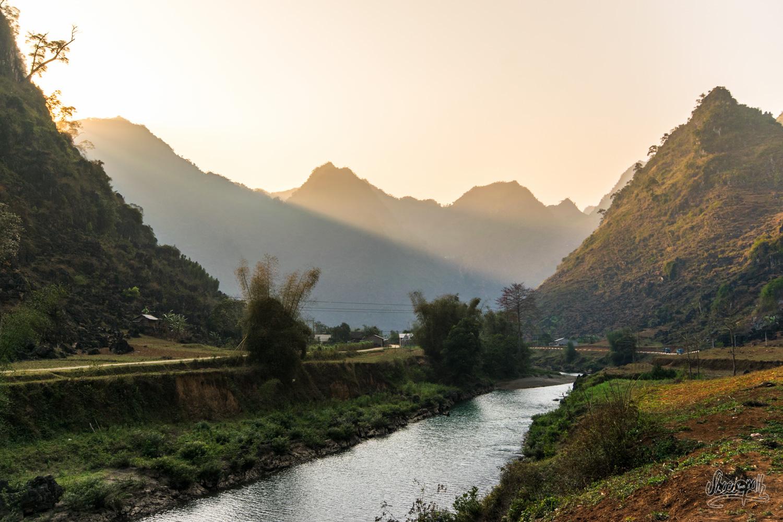 Derniers rayons de soleil sur les vallées d'Ha Giang
