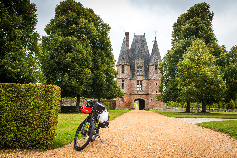 En pose devant la porte du château de Carrouges