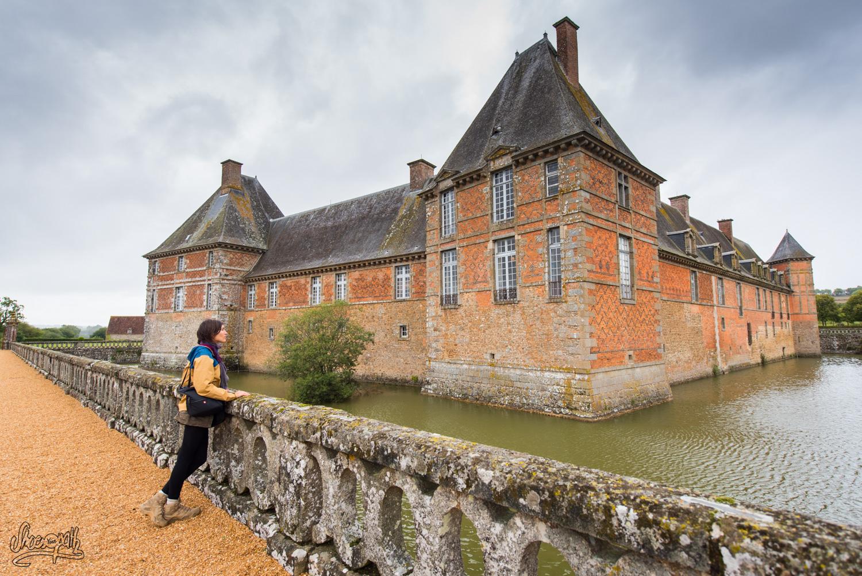 En admiration devant le château de Carrouges