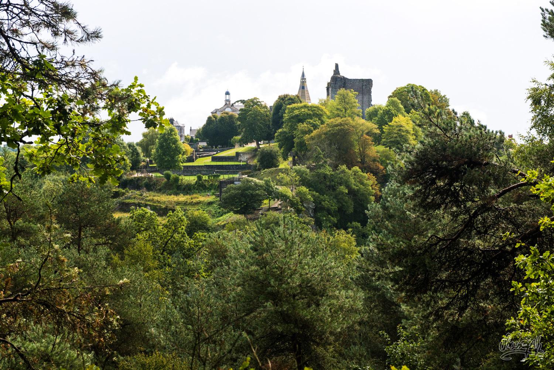 Forêts du Tertre Saint-Anne à Domfront, avec vue sur le vieux donjon