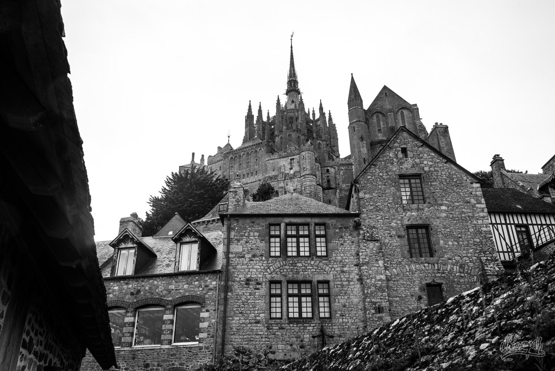 L'abbaye du Mont Saint-Michel, vue d'en bas depuis les remparts