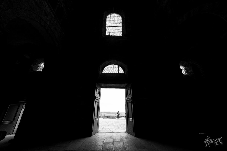 En regardant par la porte de l'abbaye du Mont Saint-Michel