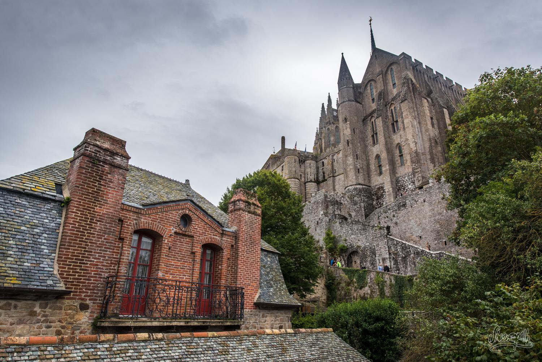 Depuis les remparts du Mont Saint-Michel, vue sur les vieilles maisons et l'abbaye