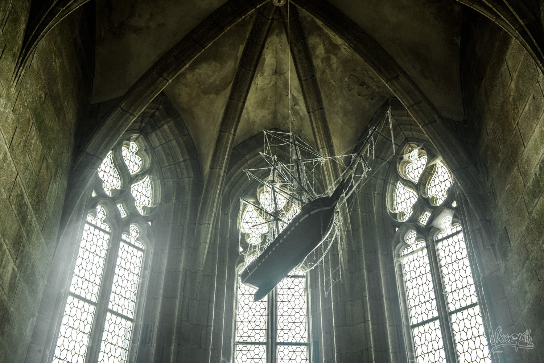 La noirceur de la météo fait planer une ambiance fantômatique dans le Mont Saint-Michel