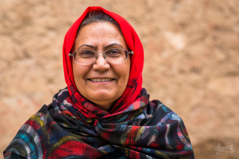 Une petite dame au grand sourire croisée dans les rues de Ghalat