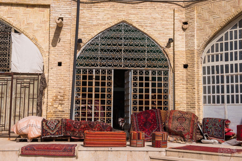 Les échoppes d'installent dans les cours intérieures du bazar de Shiraz