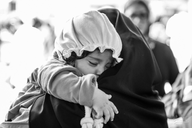 Câlin avec maman dans la fraîcheur du bazar de Shiraz