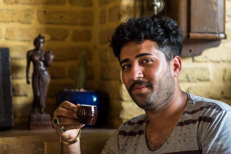 Portrait d'Iran - Jeune homme dans un café branché de la ville