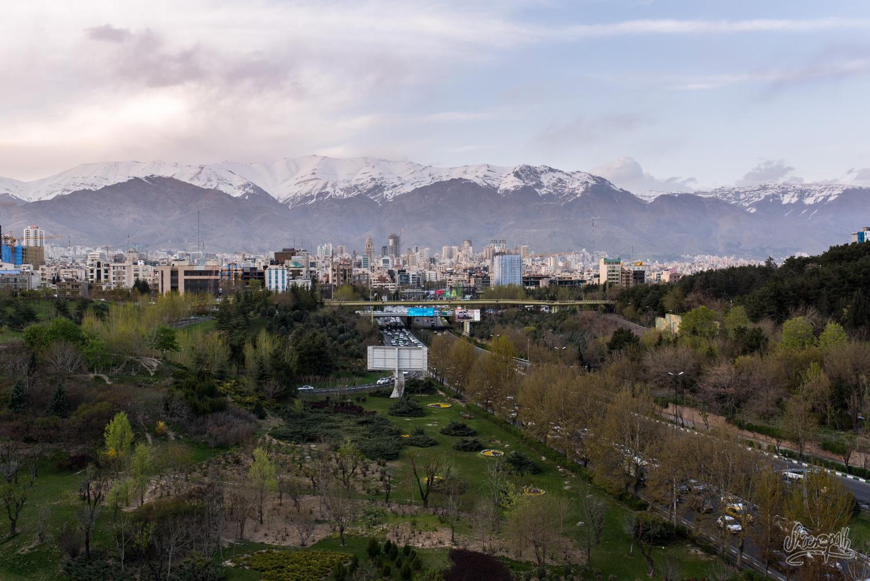 Les montagnes ne sont jamais loin de Téhéran... Vue depuis le pont Tabiat
