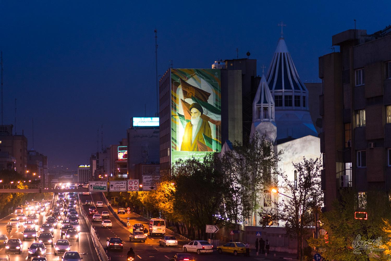 Téhéran, capitale moderne d'un pays complexe où tradition et modernité doit côtoyer religion et politique engluant son peuple dans un quotidien difficile...