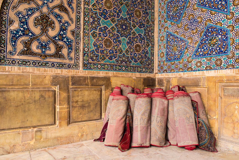 Tapis persans roulés dans la Jameh mosque