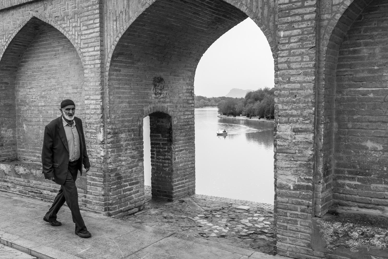 Sur le pont Si-O-Se-Pol d'Ispahan, Iran
