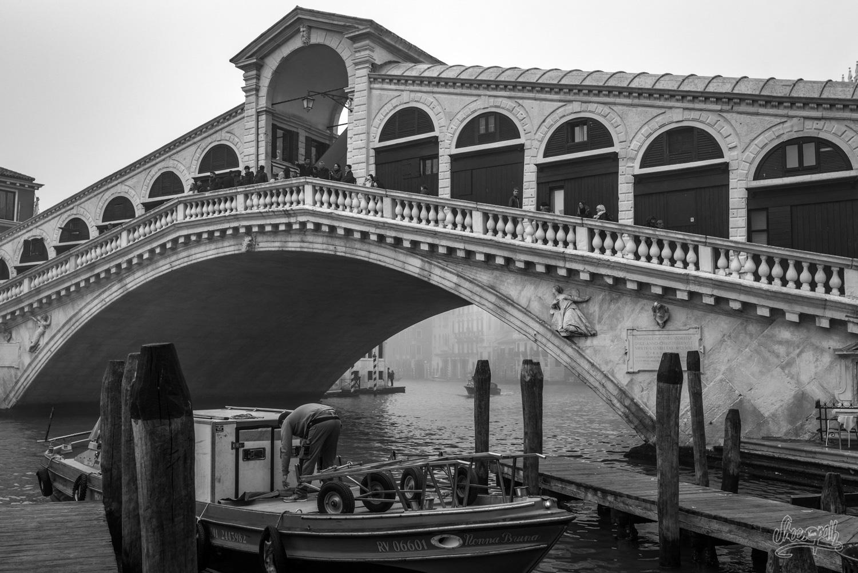 Le pont Rialto embrumé au petit matin