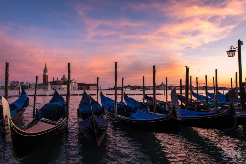 Coucher De Soleil Sur Les Gondoles De Venise