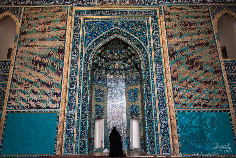 Une femme en pleine prière dans la Jameh mosque de Yazd