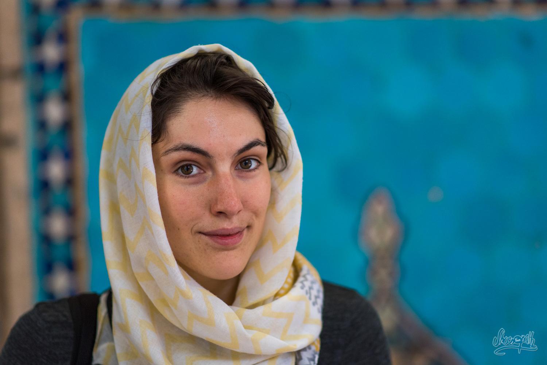 Mariette, en admiration devant Quentin... A moins que ce ne soit devant le hall de la Jameh mosque de Yazd ?