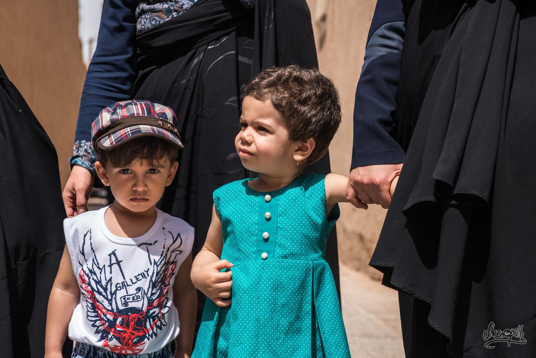 Dans les rues de Yazd, les enfants accompagnent leurs mères