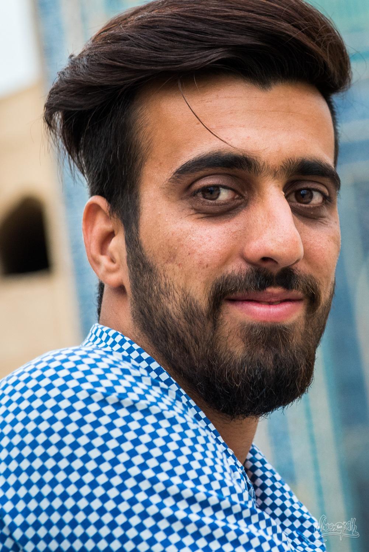 Un jeune homme rencontré devant la Jameh mosque