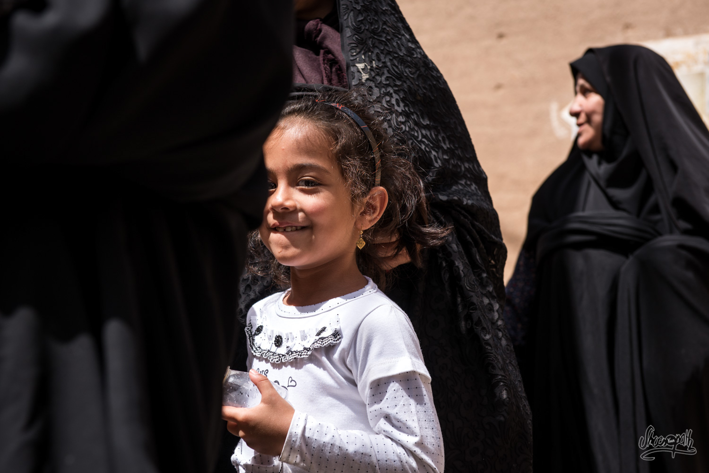 Jeune fille avec sa mère et un groupe de femme en chador
