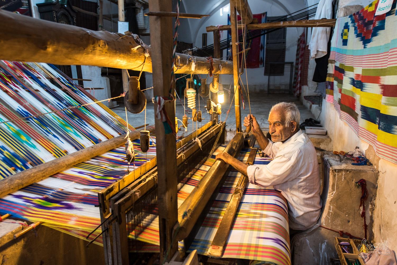 Un tisseur, dans sa boutique perdue dans les ruelles du vieux centre