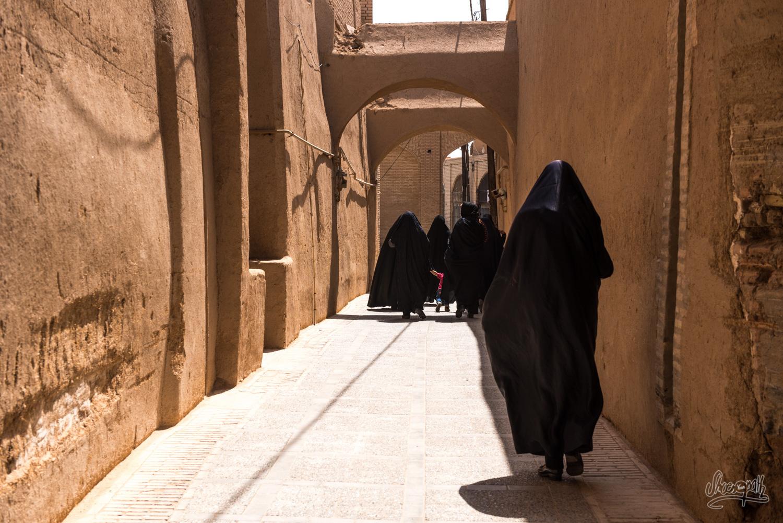 Dans les rues de Yazd, soleil et chadors noirs...
