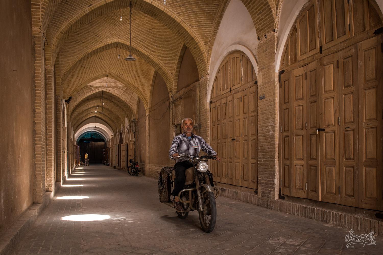 En plein après-midi, alors que toute la ville dors sous la chaleur, un vieil homme traverse le bazar sur sa vieille moto...