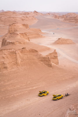 Les taxis se rafraichissent dans le désert près des Kalut