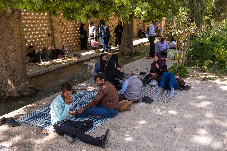 Des iraniens se relaxent dans le jardin Shahzadeh