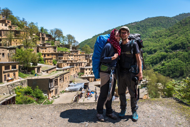 Adrien et Emilie, sur un toit devant Masuleh