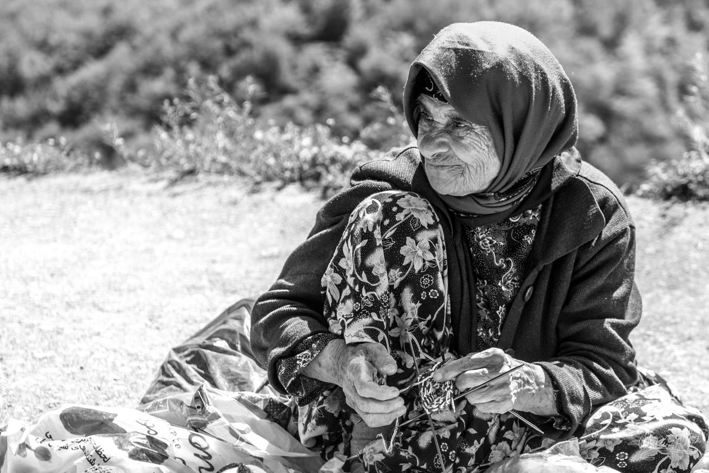 Une vieille dame vendeuse de poupées tricottés à Masuleh