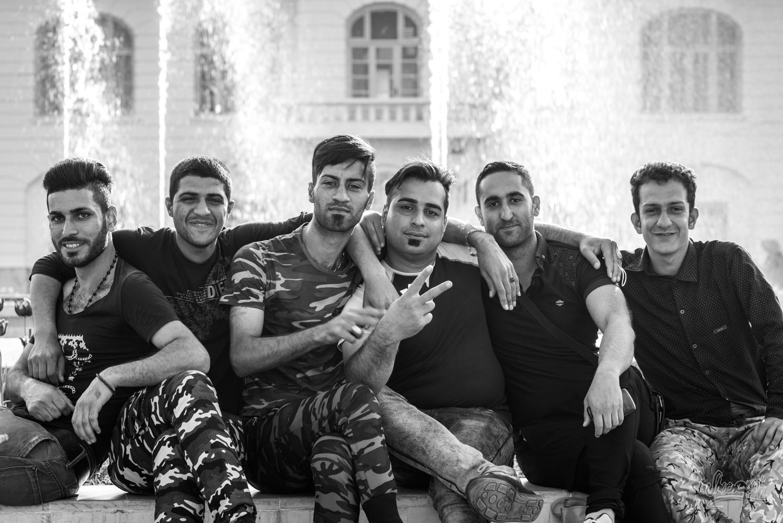 Un groupe de jeunes sur la place de Rasht