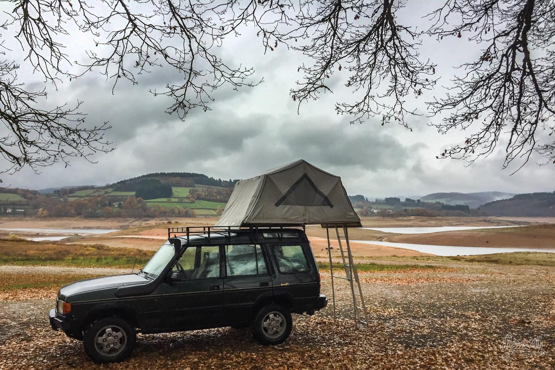Camping au bord d'un lac artificiel vidé, Morvan