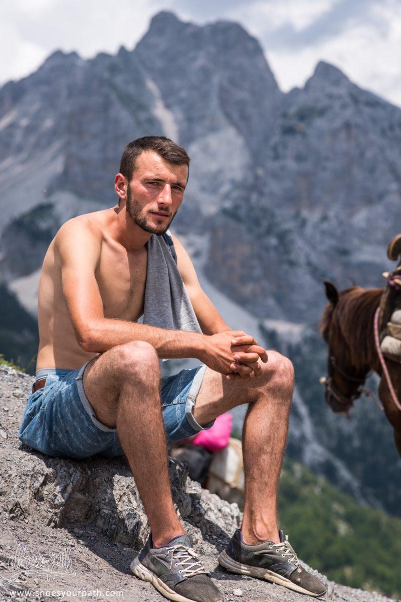 Un Jeune Homme, A La Tête D'un Groupe De Cheval Pour Transporter Les Baguages Des Touristes