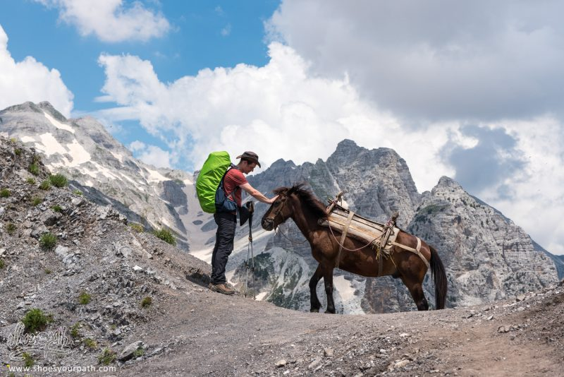 En Passant Valbona Pass, Peaks Of The Balkans, Albanie