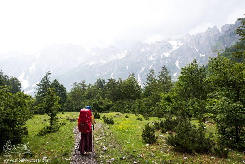 Peaks Of The Balkans Sous La Pluie, En Descendant Vers Valbona, Albanie