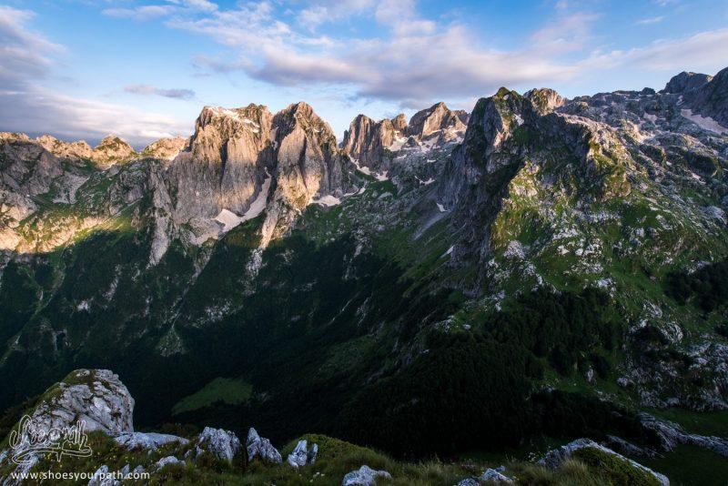 Coucher De Soleil Sur La Grebaje Valley Et Les Pics De La Chaîne Des Karanfili