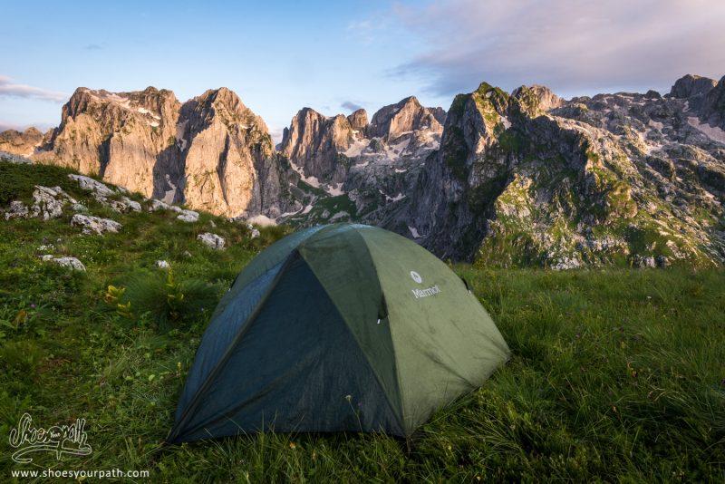 Petit Coin De Camping Avec Vu Au Coucher De Soleil Sur La Grebaje Valley Et Les Pics De La Chaîne Des Karanfili