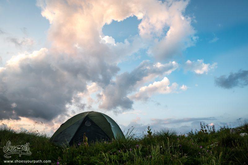 Petit Coin De Camping Avec Vu Au Coucher De Soleil Sur La Grebaje Valley
