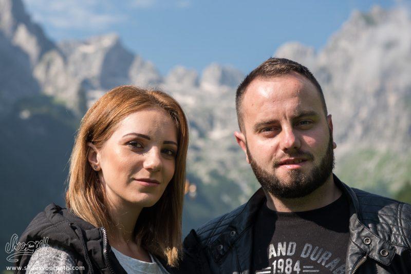 Ismar Et Sa Femme Devant Les Montagnes De La Grebaje Valley