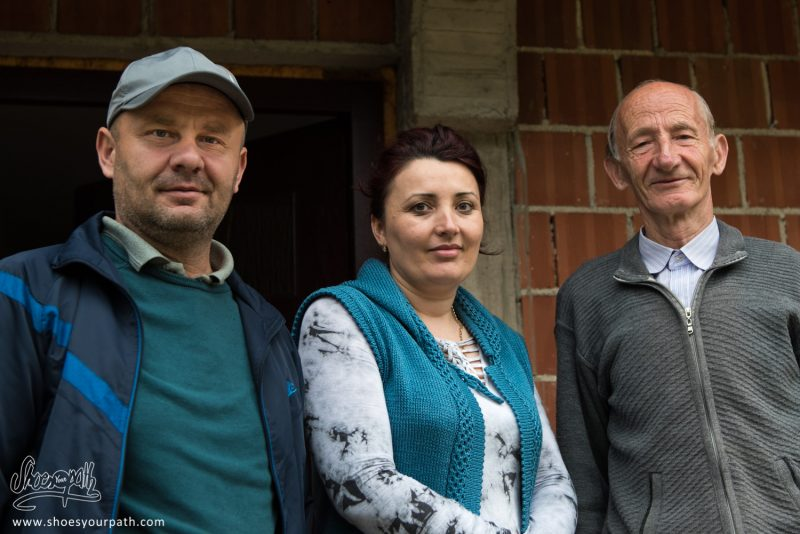 La Famille Shquiponja En Quittant Drelaj - Peaks Of The Balkans