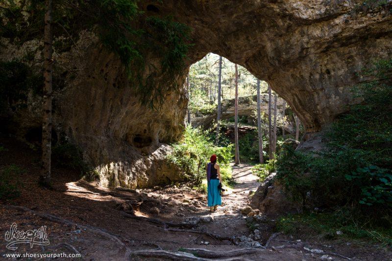 Les Arcs De Saint Pierre, Visibles Par Un Sentier De Randonnée à Travers La Forêt