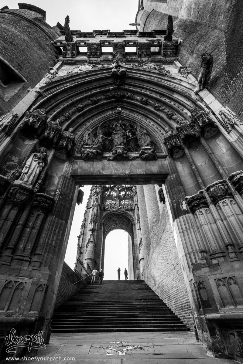 Sur Le Parvis De La Cathédrale Sainte-Cécile D'Albi. Occitanie, France.