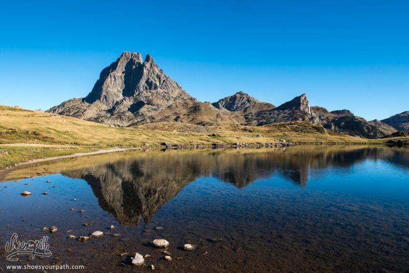 Reflets Du Pic Du Midi D'Ossau Dans Un Lac Pyrénéen - France, Occitanie