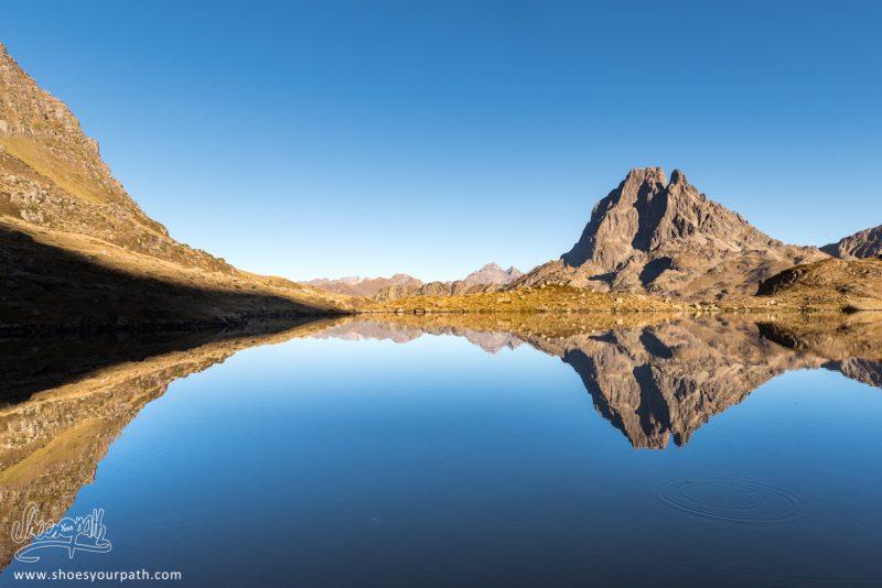 Réflexion Parfaite Du Pic Du Midi D'Ossau Dans Le Lac Gentau - France, Occitanie