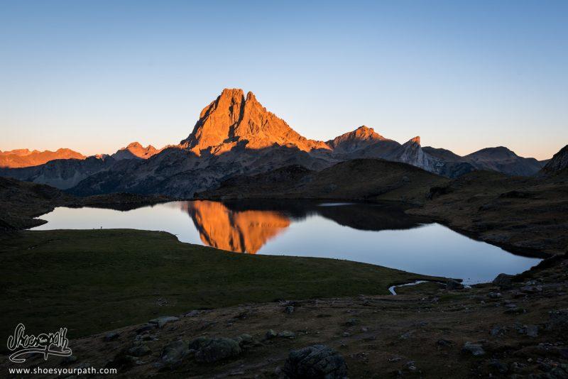 La Vue Sur Le Pic Du Midi D'Ossau Et Le Lac Gentau, Depuis Le Refuge D'Ayous - France, Occitanie