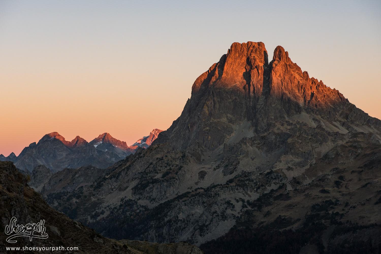 Dernières lueurs du jour enflammant le sommet du Pic du Midi d'Ossau - France, Occitanie