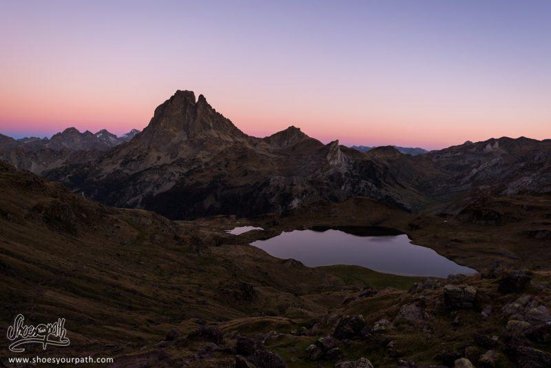Lever De Nuit Sur Le Pic Du Midi D'Ossau Et Le Lac Gentau Depuis Les Hauteurs De La Crête - France, Occitanie