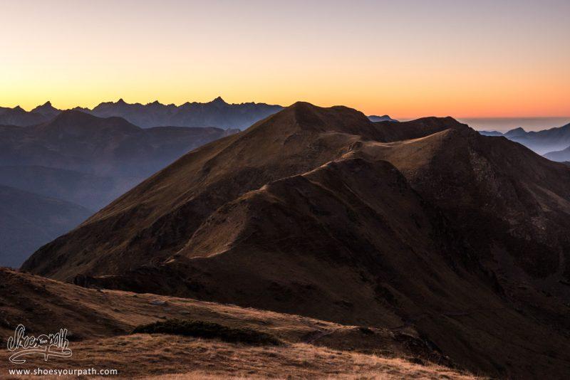 Coucher De Soleil Sur Les Pyrénées Espagnoles Depuis La Crête - France, Occitanie