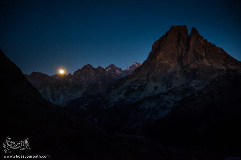 Lever De Lune Sur Le Seigneur Des Pyrénées Locales : Le Pic Du Midi D'Ossau - France, Occitanie