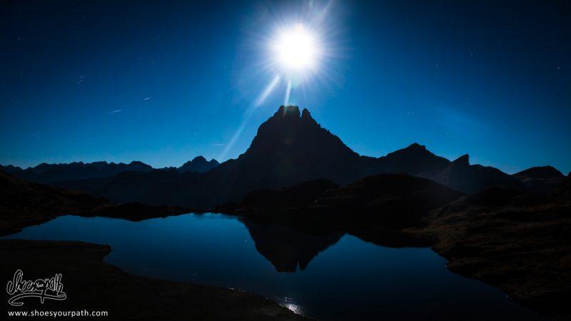 La Pleine Lune Au Zenith Surplombant Le Sommet Du Pic Du Midi D'Ossau - France, Occitanie